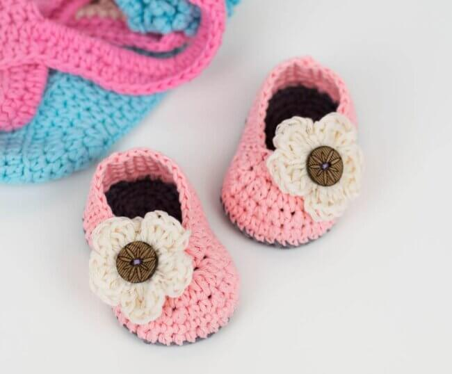 FREE PATTERN: Crochet Baby Booties With Flower