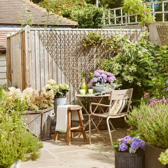 How to make a patio zone in your garden?